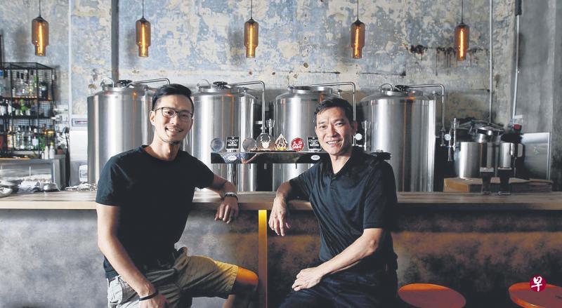 1925微型啤酒坊老板杨应晖(左)和叔叔杨庆锐一同创业。(曾坤顺摄)